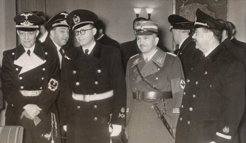 Der kroatische Finanzminister mit 3 weiteren Männern in Uniform.